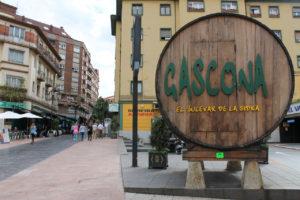 ガスコナ通りは大きなシードラ樽が目印