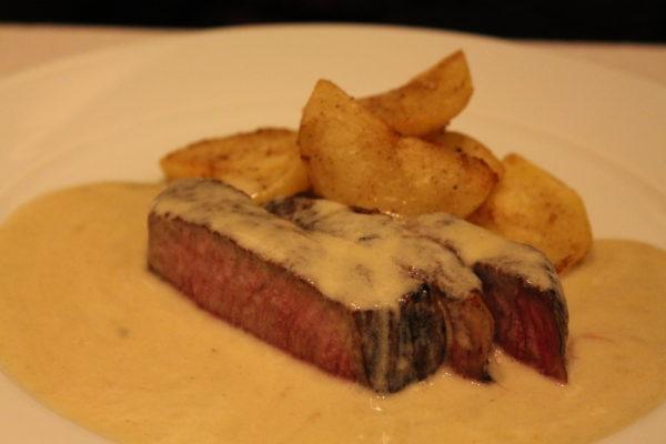 牛肉の炭火焼き カブラレス(ブルーチーズ)のソース